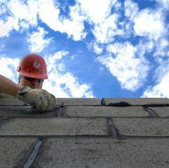 Delavec hudo poškodovan na gradbišču