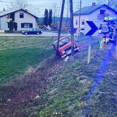 Vozilo zaradi vožnje preblizu desnemu robu  zapeljalo s cestišča in trčilo v ulično razsvetljavo