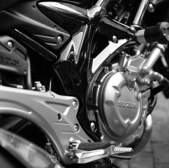 Na neregistriranem motornem kolesu brez vozniškega dovoljenja vozil otroka in padel