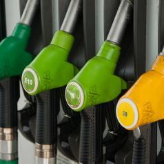 Ponarejene listine in tatvini nafte iz parkiranih tovornih vozil